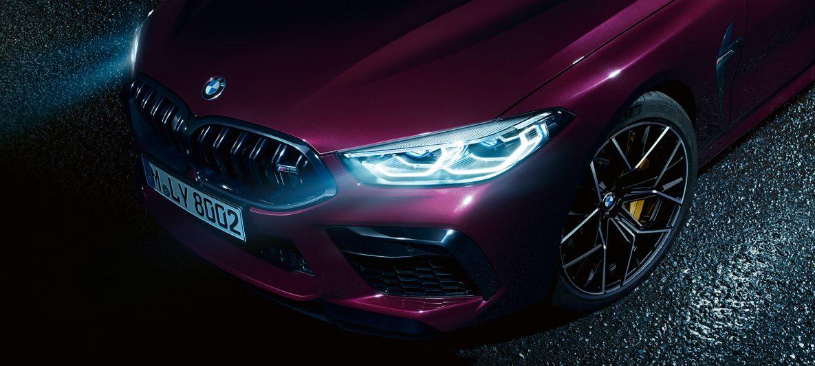 BMW M8 Competition Gran Coupé mit BMW Laserlicht F93 2020 BMW Individual Ametrin metallic Nahaufnahme seitliche Front