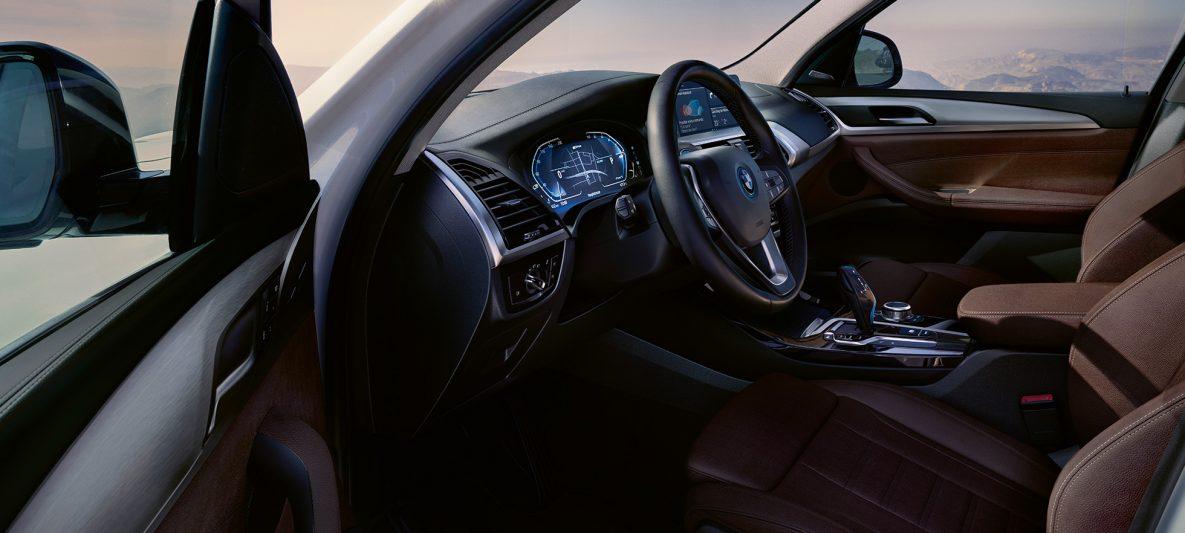 Cockpit BMW iX3 G08 2020 Mineralweiß metallic mit geöffneter Tür
