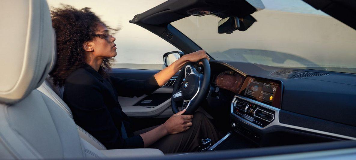 BMW 4er Cabrio während der Fahrt
