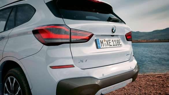 BMW X1 xDrive25e von links hinten