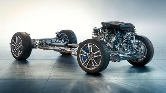 BMW X4 M Competition F98 LCI Facelift 2021 M spezifisches Fahrwerk Seitenansicht mit Burnout unter Brücken