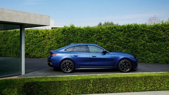 BMW i4 M50 G26 2021 BMW Individual Frozen Portimao Blau metallic Heckansicht fahrend auf Landstraße