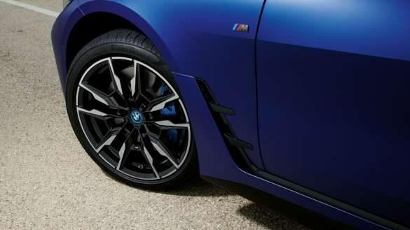 M Sportbremse BMW i4 M50 G26 2021 BMW Individual Frozen Portimao Blau metallic Nahaufnahme Rad von oben